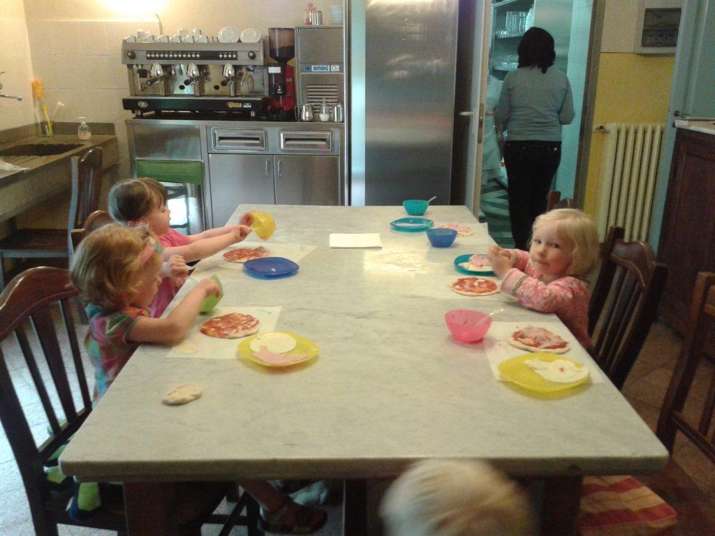 Villa Pia kids make pizza
